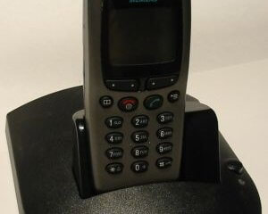 Produziertes Fertiggerät der Anschlussbox zur Verbindung eines GSM Mobiltelefons mit dem analogen Telefonnetz, mit dem Mobiltelefon als zusätzlicher Anschlussleitung.