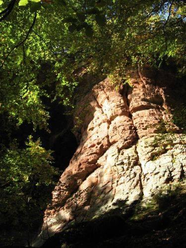 Felsen in der Sonne. Wanderung bei Trier in der Eifel. Bäche, Wasserfälle, Herbstwald und sagenumwobene Höhlen.