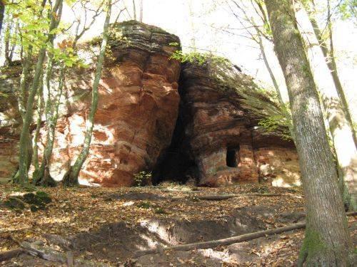 Eine Höhle zu vermieten. Wanderung bei Trier in der Eifel. Bäche, Wasserfälle, Herbstwald und sagenumwobene Höhlen.