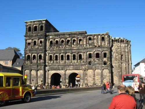 Eine Kirche in Trier. Wanderung bei Trier in der Eifel. Bäche, Wasserfälle, Herbstwald und sagenumwobene Höhlen.