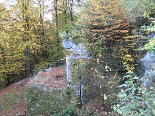 Felsplateau. Wanderung bei Trier in der Eifel. Bäche, Wasserfälle, Herbstwald und sagenumwobene Höhlen.
