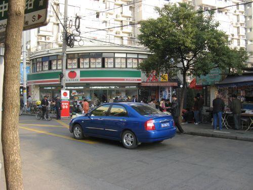 Kleiner Supermarkt. Mein Arbeitsweg durch Shanghai 上海, China 中国