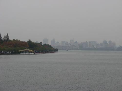 Skyline hinter dem Westsee in Hangzhou 杭州 und der Westsee 西湖, China 中国