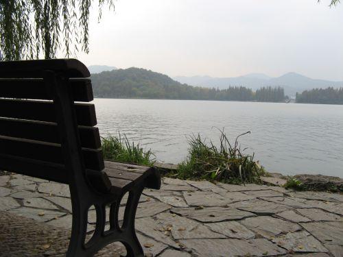 Ruheplatz am Westsee in Hangzhou 杭州 und der Westsee 西湖, China 中国