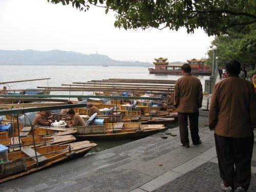 Boote auf dem Westsee. Hangzhou 杭州 und der Westsee 西湖, China 中国