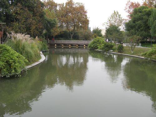 Fluss imPark in Hangzhou 杭州 und der Westsee 西湖, China 中国