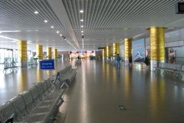 Bahnhof am Flughafen. Mein erster Tag in Shanghai 上海 - eine Fahrt mit der Magnetschwebebahn Maglev