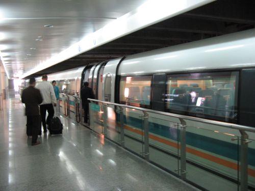 Der Maglev Train am Bahnhof. Mein erster Tag in Shanghai 上海 - eine Fahrt mit der Magnetschwebebahn Maglev