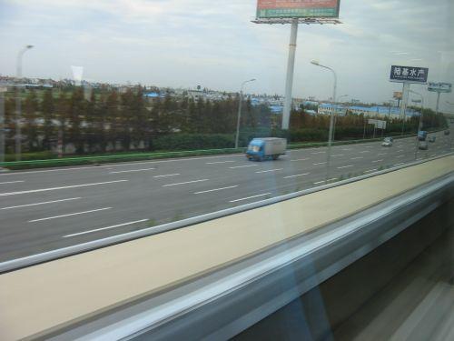Blick aus dem Fenster. Mein erster Tag in Shanghai 上海 - eine Fahrt mit der Magnetschwebebahn Maglev
