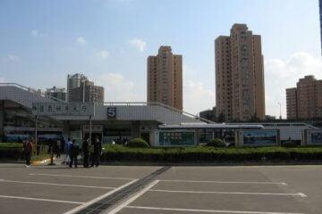 Busbahnhof in Shanghai. Zhouzhuang 周庄镇 - eine der bekanntesten Wasserstädte, Shanghai 上海, China 中国