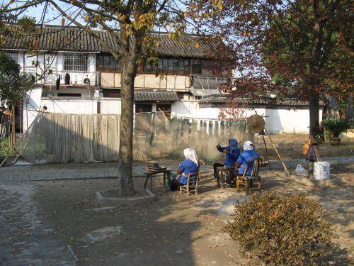 FIschernetze werden repariert in Zhouzhuang 周庄镇 - eine der bekanntesten Wasserstädte, Shanghai 上海, China 中国