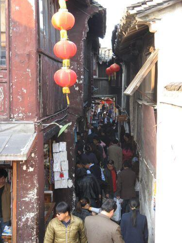 Dichtes Gedränge in Zhouzhuang 周庄镇 - eine der bekanntesten Wasserstädte, Shanghai 上海, China 中国