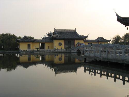 Tempel am Abend in Zhouzhuang 周庄镇 - eine der bekanntesten Wasserstädte, Shanghai 上海, China 中国