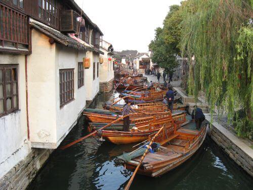 Gondolliere machen Feierabend in Zhouzhuang 周庄镇 - eine der bekanntesten Wasserstädte, Shanghai 上海, China 中国