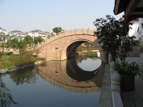 Kanalbrücke in Zhouzhuang 周庄镇 - eine der bekanntesten Wasserstädte, Shanghai 上海, China 中国