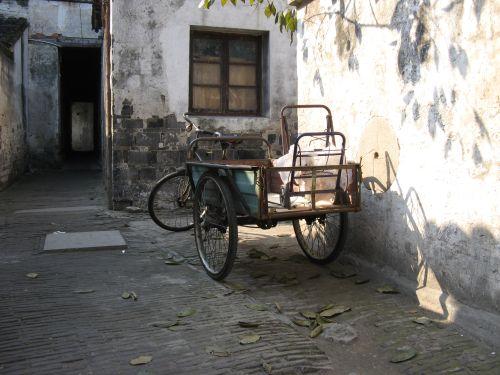 Stilleben mit Fahrrad in Zhouzhuang 周庄镇 - eine der bekanntesten Wasserstädte, Shanghai 上海, China 中国