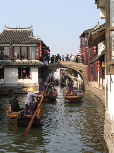 Gondolliere in Zhouzhuang 周庄镇 - eine der bekanntesten Wasserstädte, Shanghai 上海, China 中国