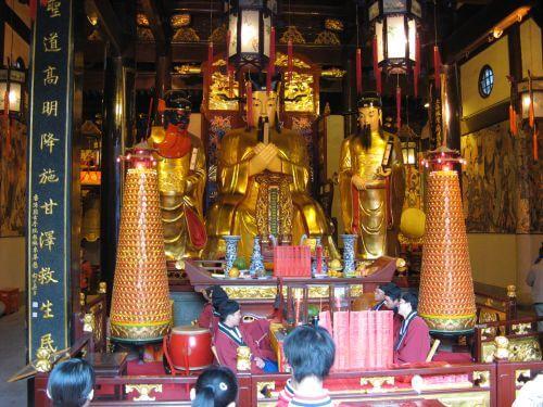 Im Tempel der Stadtgötter. Shanghai 上海 - The Bund 外滩 und die Innestadt, China 中国