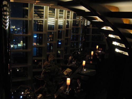 In der Wolkenbar. Jin Mao Tower 金茂大厦 und Cloud 9 Bar, Shanghai 上海, China 中国