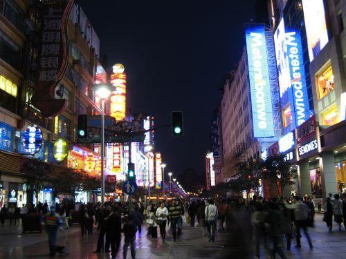 Nanjing Lu 南京路 - eine der größten Einkaufsstraßen der Welt, Shanghai 上海, China 中国