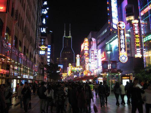 Neonreklame in der Nanjing Lu 南京路 - eine der größten Einkaufsstraßen der Welt, Shanghai 上海, China 中国