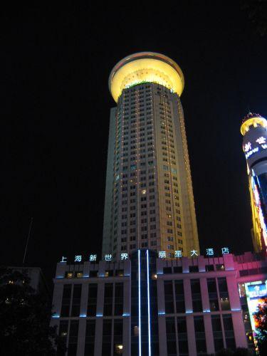 Ein Ufo ist gelandet. People's Square 人民广场 bei Nacht, Shanghai 上海, China 中国