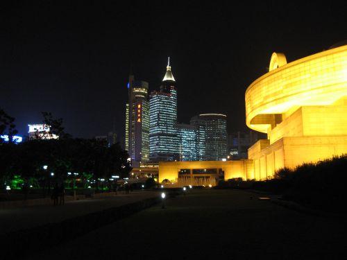 Skyline mit Theater. People's Square 人民广场 bei Nacht, Shanghai 上海, China 中国