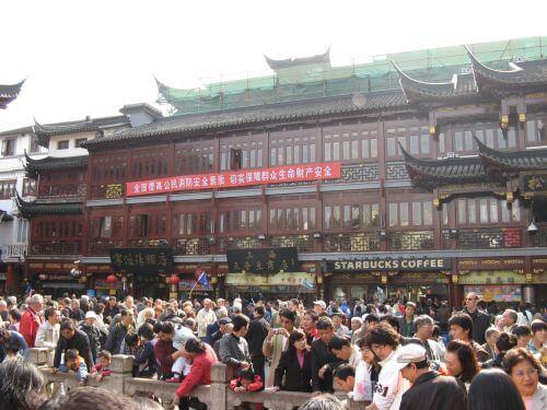 Menschenmassen im historischen Viertel. Shanghai 上海 - The Bund 外滩 und die Innestadt, China 中国