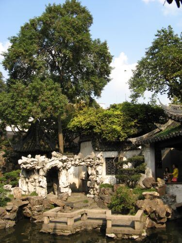 Kunstvolle Steine im Yuyuan Garten. Shanghai 上海 - The Bund 外滩 und die Innestadt, China 中国
