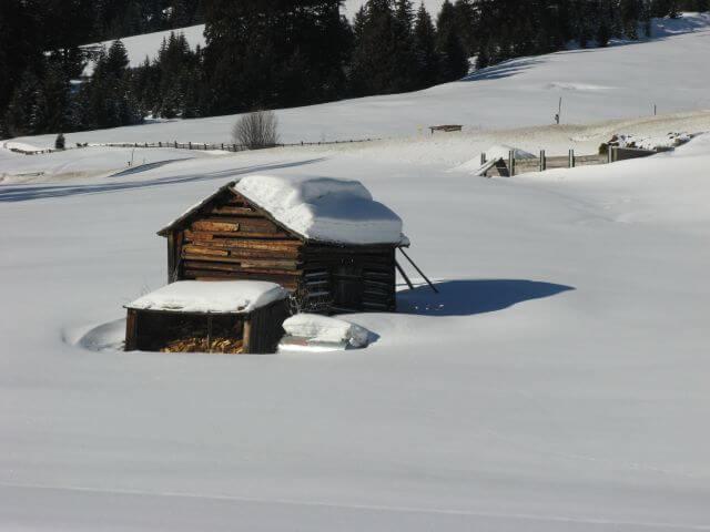 Verschneite Almhütte. Winterurlaub und Skifahren in Kappl und Ischgl.
