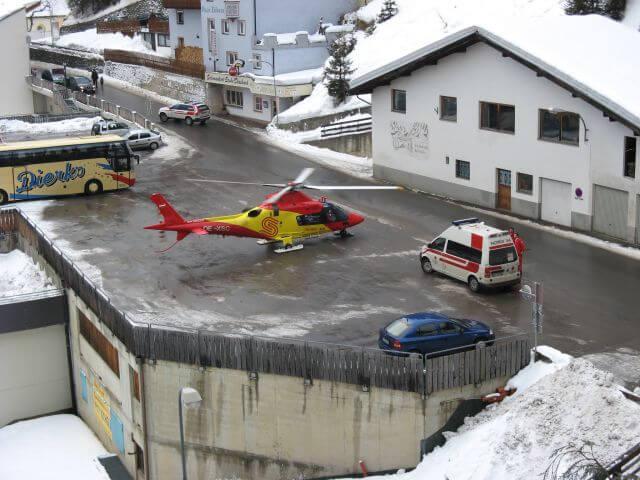 Rettungshubschrauber vor unserem Haus. Winterurlaub und Skifahren in Kappl und Ischgl.
