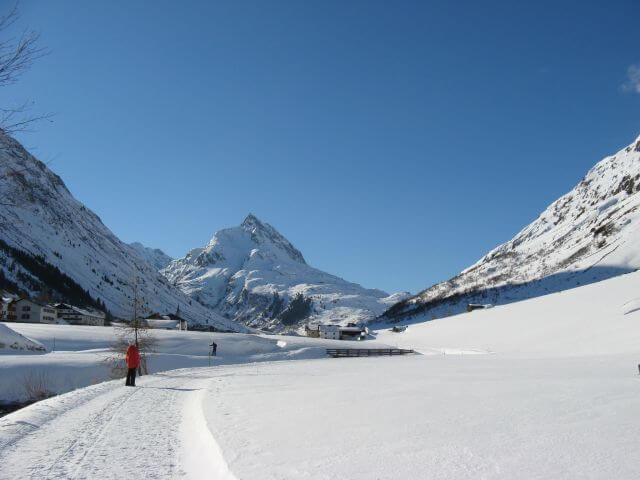 Sonniges Schneepanorama. Winterurlaub und Skifahren in Kappl und Ischgl.