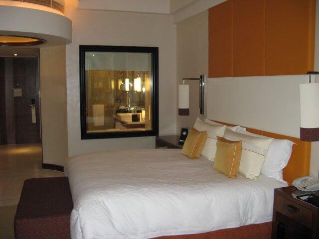 Fenster zum Badezimmer. Das Millenium Hongqiao Hotel, China 中国, Shanghai 上海