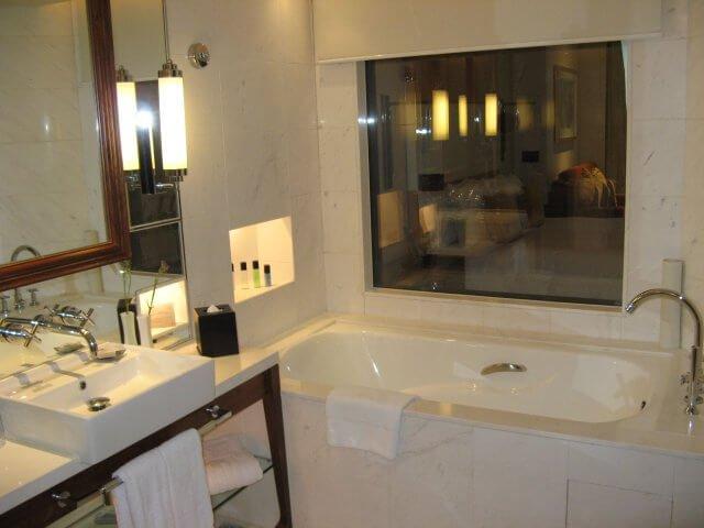 Badezimmer mit Ausblick. Das Millenium Hongqiao Hotel, China 中国, Shanghai 上海
