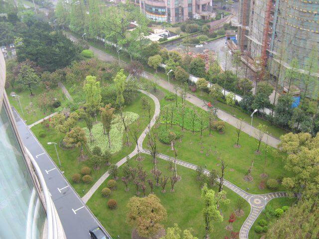 Kleiner Park am Hotel. Das Millenium Hongqiao Hotel, China 中国, Shanghai 上海