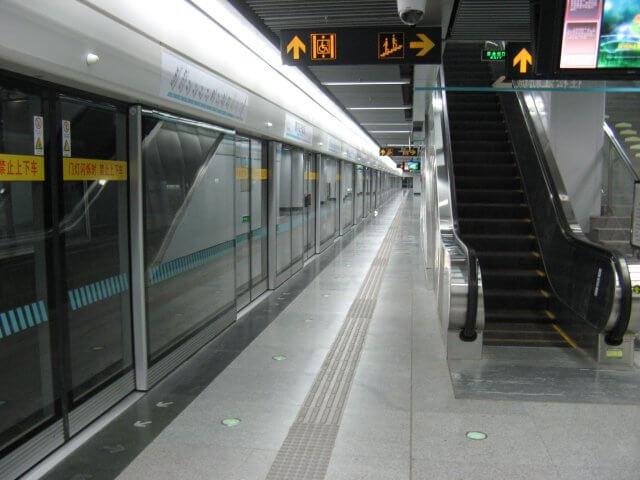 Leere U-Bahn Haltestelle. Qibao 七宝镇 - die 'Seven Treasures Town' mitten in Shanghai 上海, China 中国.