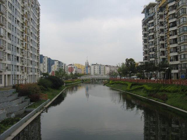 Appartmentblocks am Fluss. Qibao 七宝镇 - die 'Seven Treasures Town' mitten in Shanghai 上海, China 中国.