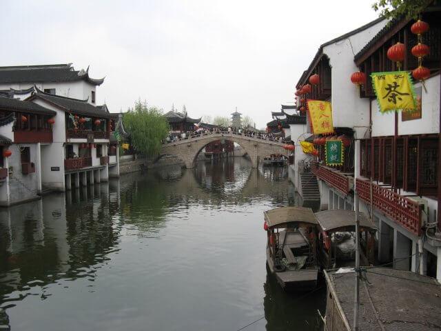 Kanal mit Booten in Qibao 七宝镇 - die 'Seven Treasures Town' mitten in Shanghai 上海, China 中国.