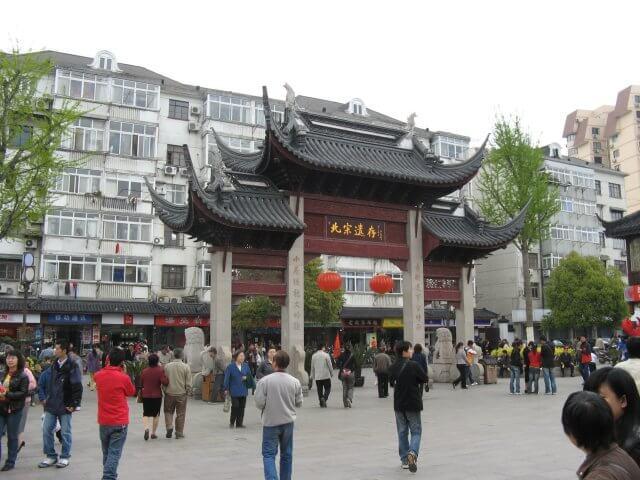 Eingangstor nach Qibao 七宝镇 - die 'Seven Treasures Town' mitten in Shanghai 上海, China 中国.
