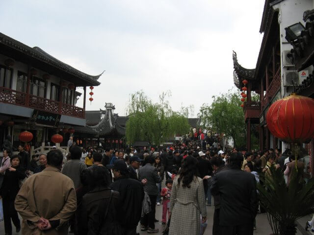 Menschenmassen im histrorischen Zentrum von Qibao 七宝镇 - die 'Seven Treasures Town' mitten in Shanghai 上海, China 中国.