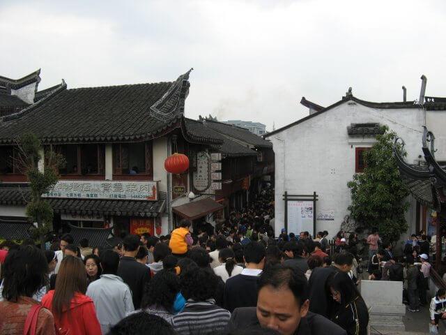 Großer Andrang in Qibao 七宝镇 - die 'Seven Treasures Town' mitten in Shanghai 上海, China 中国.