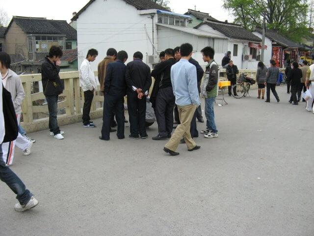 Hütchenspieler in Qibao 七宝镇 - die 'Seven Treasures Town' mitten in Shanghai 上海, China 中国.