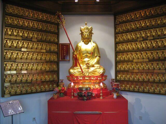 Goldene Gottheit in Qibao 七宝镇 - die 'Seven Treasures Town' mitten in Shanghai 上海, China 中国.