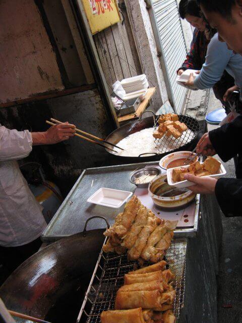 Mittagessen vom Imbiss in Qibao 七宝镇 - die 'Seven Treasures Town' mitten in Shanghai 上海, China 中国.