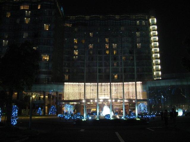 Außenansicht bei Nacht. Hotelbilder aus dem Millenium Hongqiao Hotel in Shanghai 上海, China.