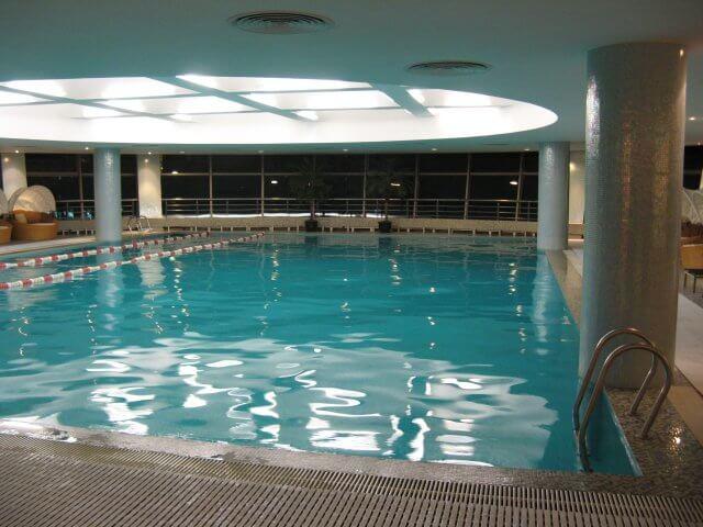 Schwimmbad. Hotelbilder aus dem Millenium Hongqiao Hotel in Shanghai 上海, China.