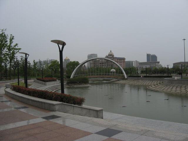 Moderne Brücke in Songjiang 松江区 - ein unbeabsichtigter Besuch, China 中国, Shanghai 上海