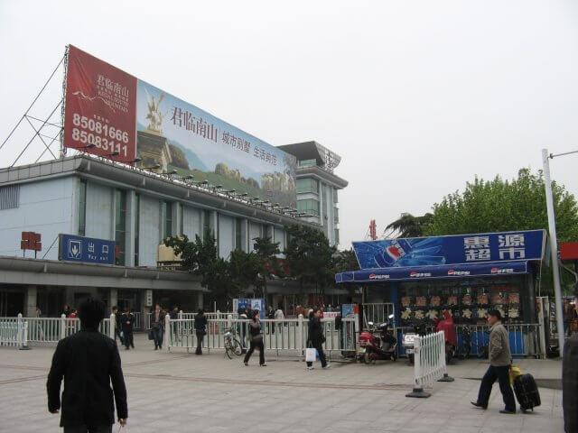 Umsteigen von Zug auf Bus. Dienstreise nach Yangzhou 扬州市, Universität und Yang Zhou bei Nacht.