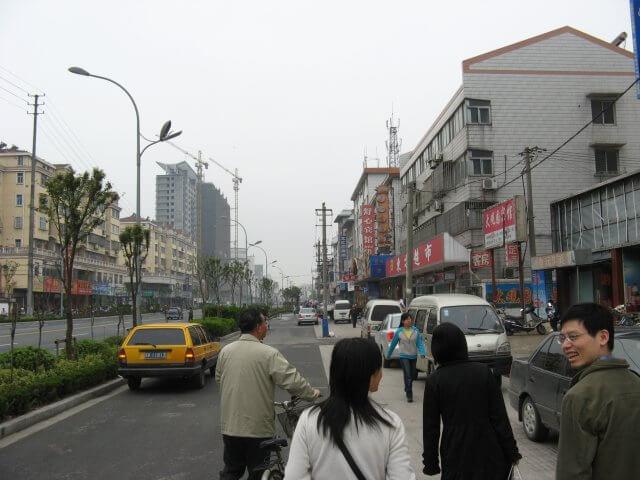Unterwegs zum Mittagessen. Dienstreise nach Yangzhou 扬州市, Universität und Yang Zhou bei Nacht.