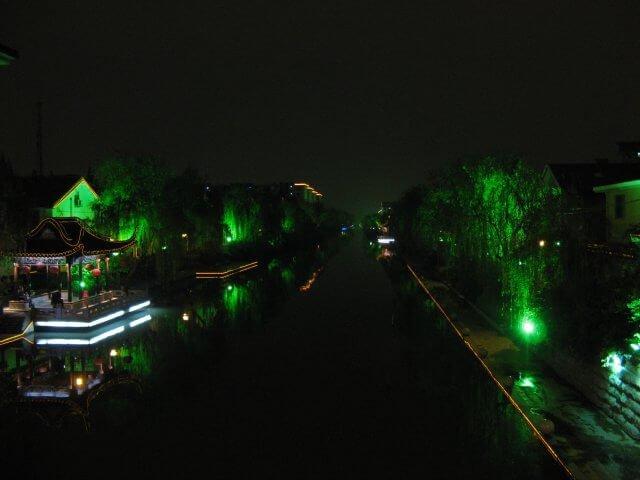 Fluß bei Nacht. Dienstreise nach Yangzhou 扬州市, Universität und Yang Zhou bei Nacht.